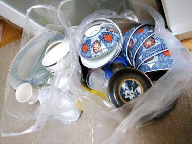食器の捨て方。数を厳選しつつ、悩む物は一時保留にして断捨離しています。
