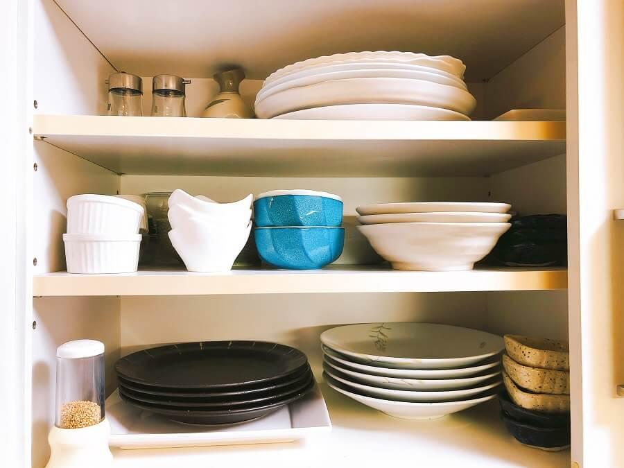 断捨離後食器棚の皿