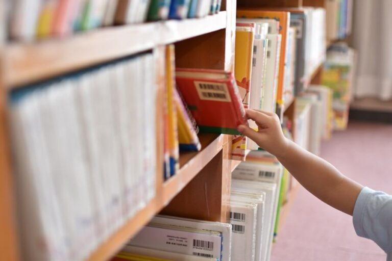 図書館で絵本選ぶ