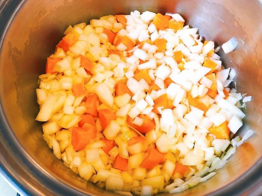 野菜たっぷりコンソメスープ、玉ねぎとにんじんを炒める