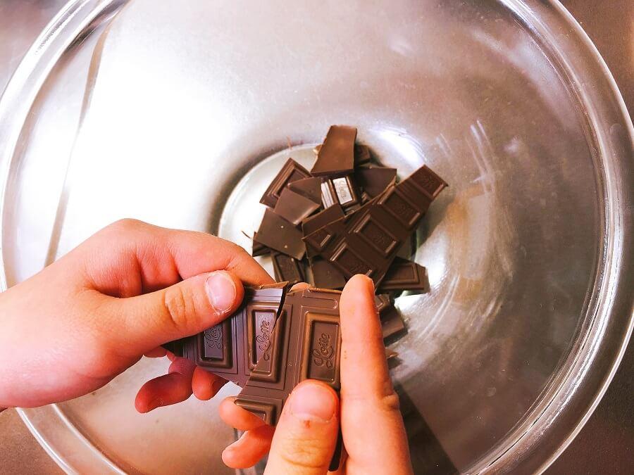 豆チョコ作り、板チョコを割る