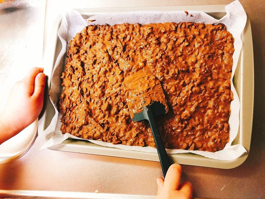 豆チョコ作り、バットに伸ばし入れる