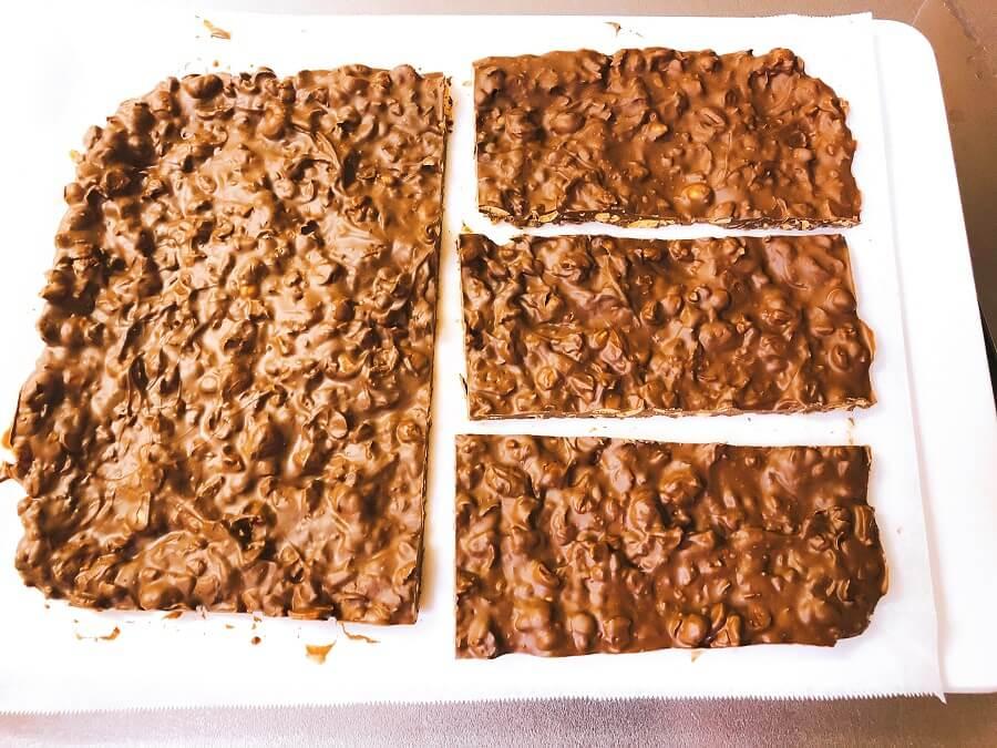 豆チョコ作り、冷やしてカット