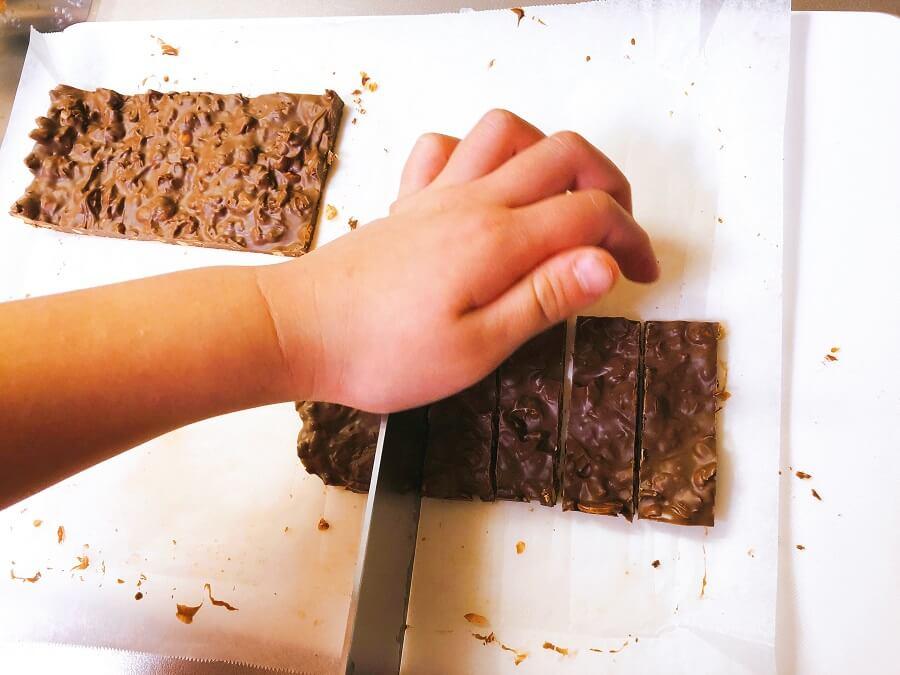 豆チョコ作り、食べやすい大きさにカット