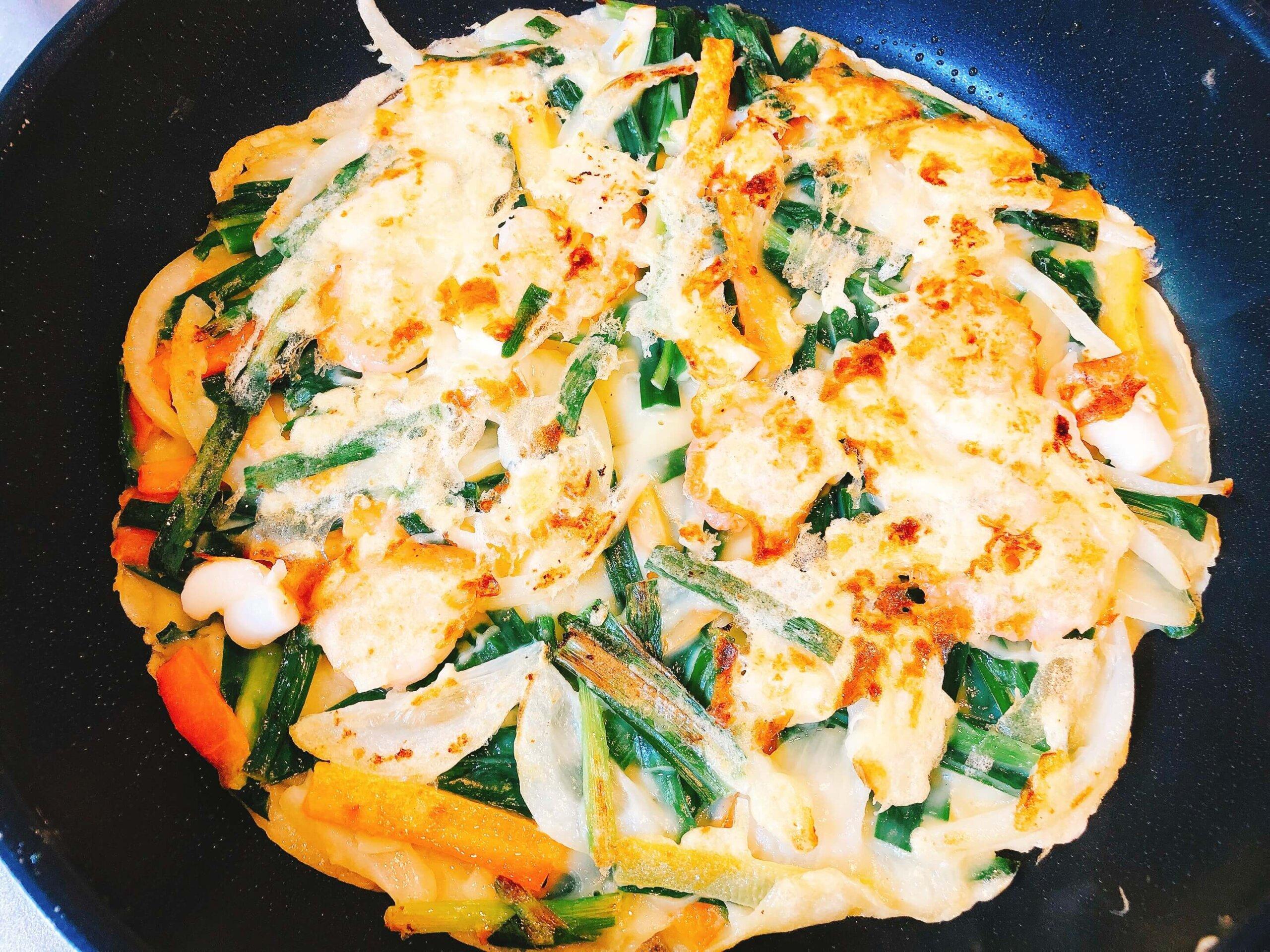 海鮮チヂミ調理で海鮮も中に包む