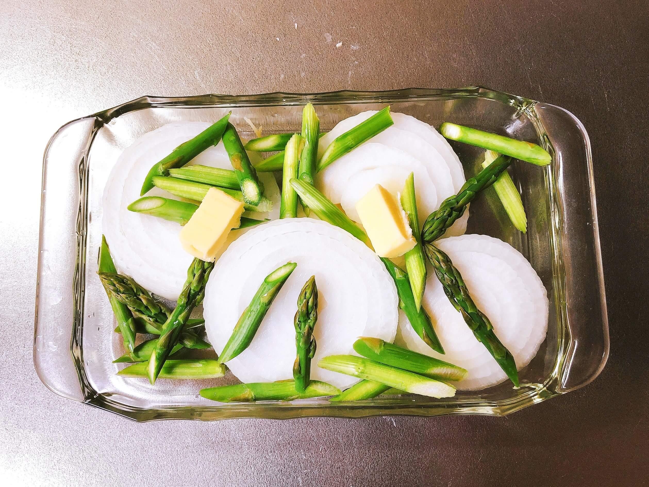 新玉ねぎとアスパラのめんつゆバター、耐熱皿に入れる