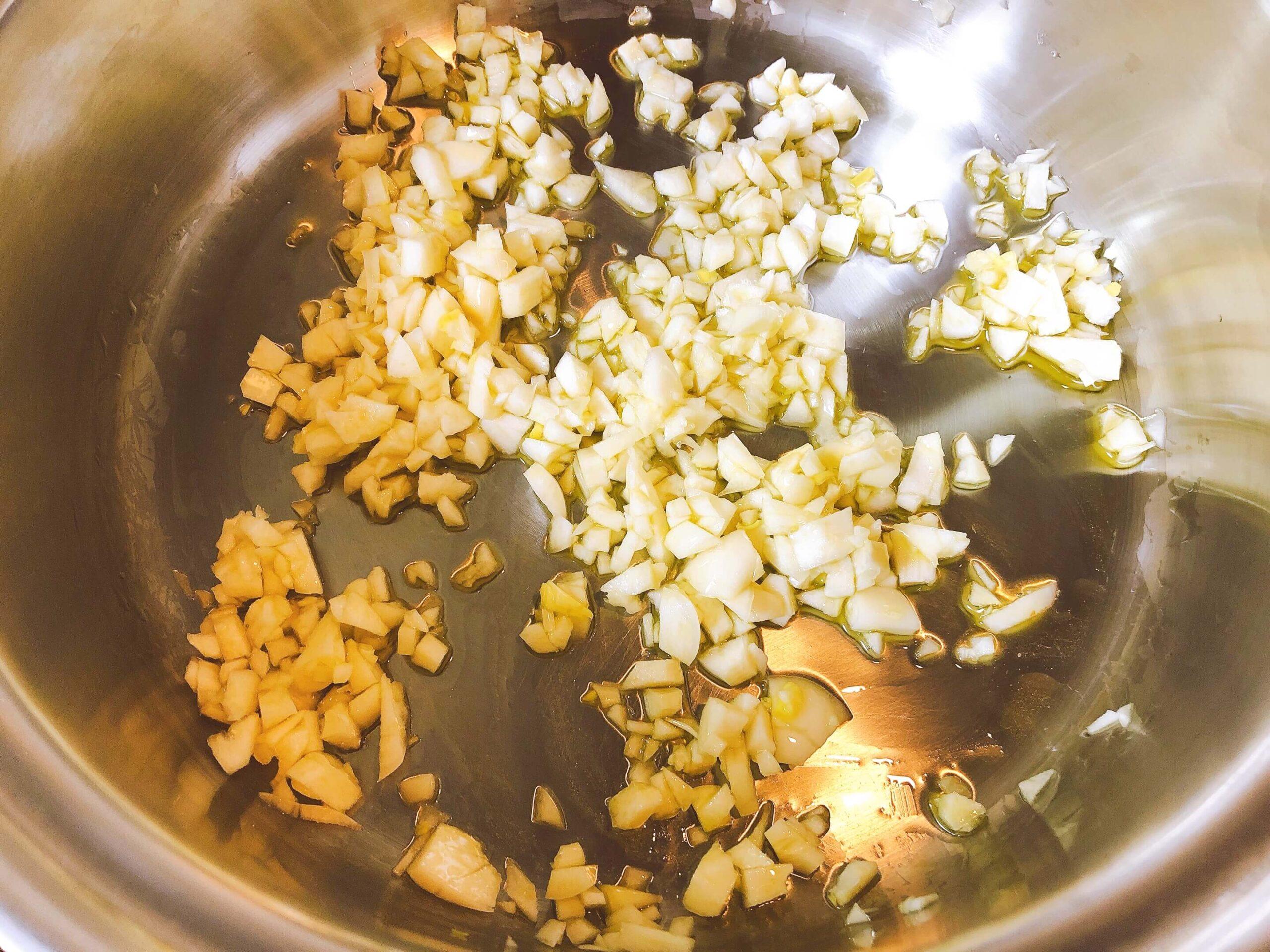チリコンカン調理、にんにく炒める