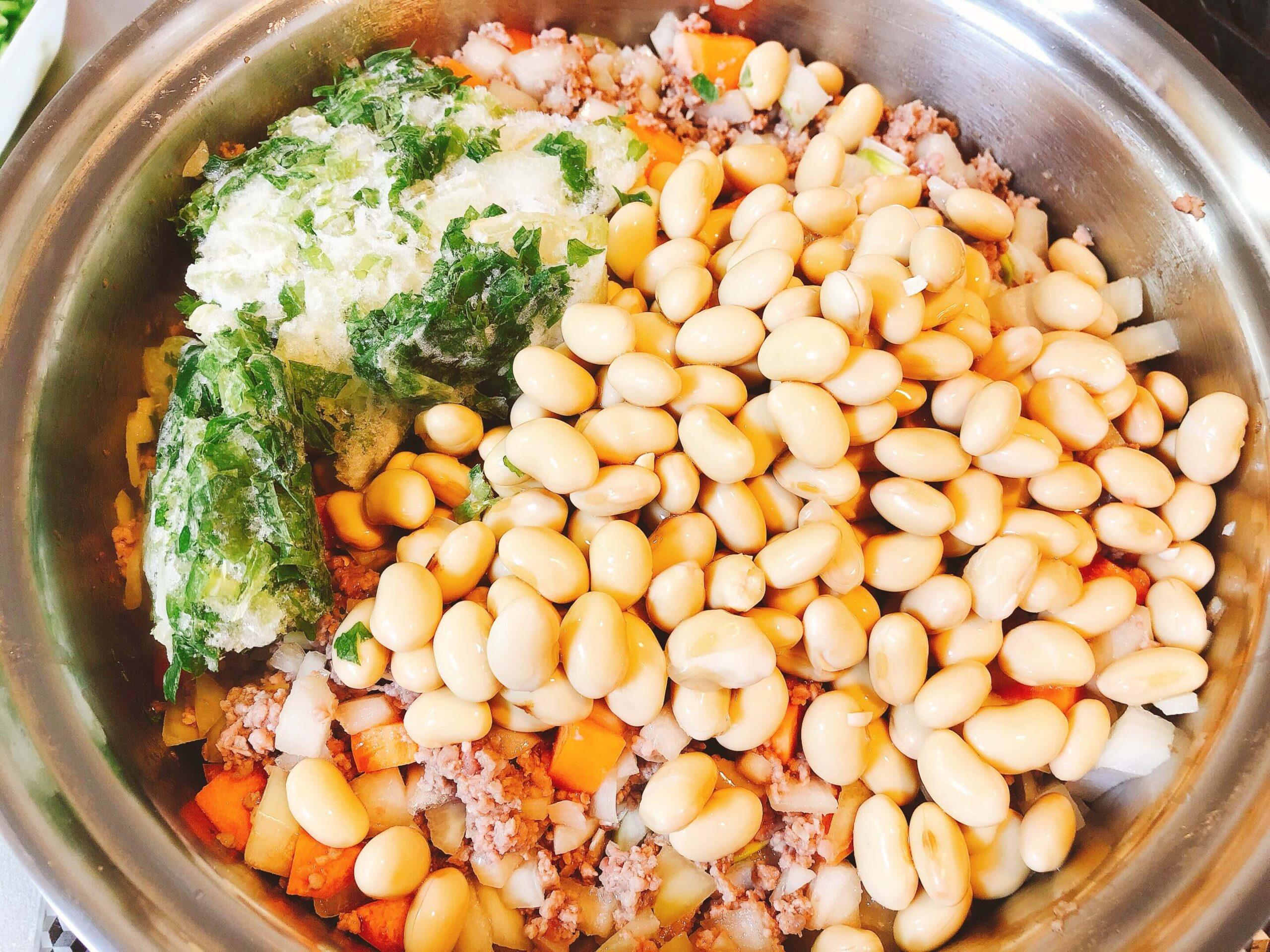 チリコンカン調理、大豆とセロリ炒める