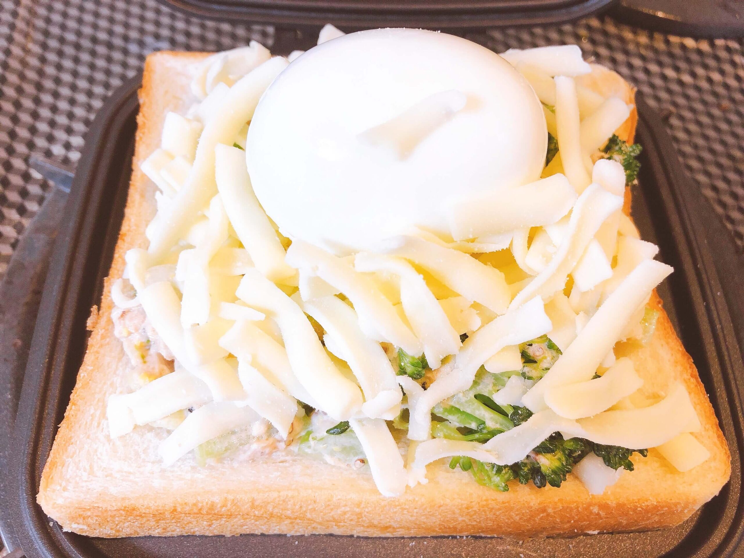 ブロッコリーツナマヨゆで卵のせホットサンド調理中