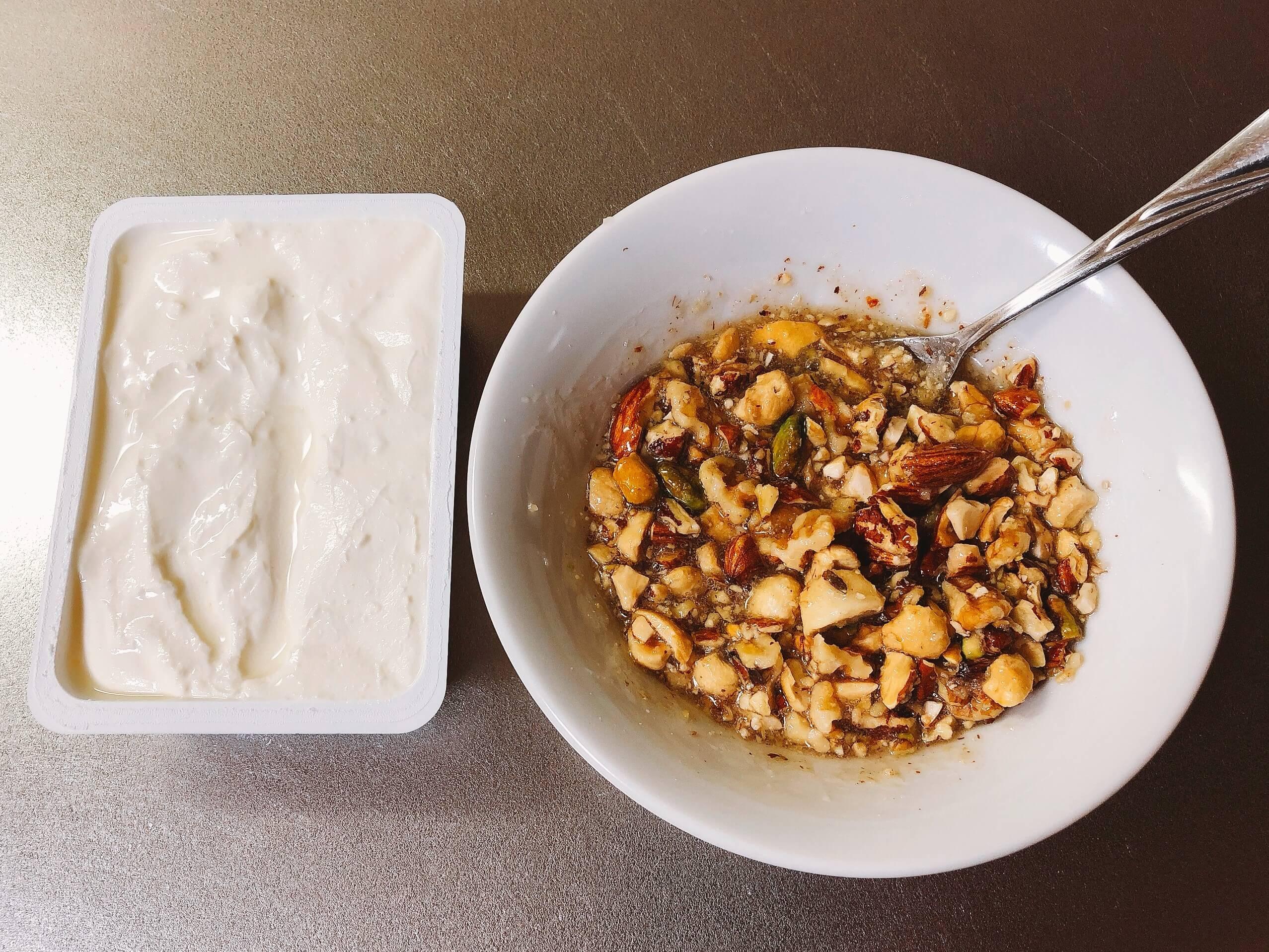 クリームチーズはちみつナッツホットサンドのナッツをはちみつと混ぜる