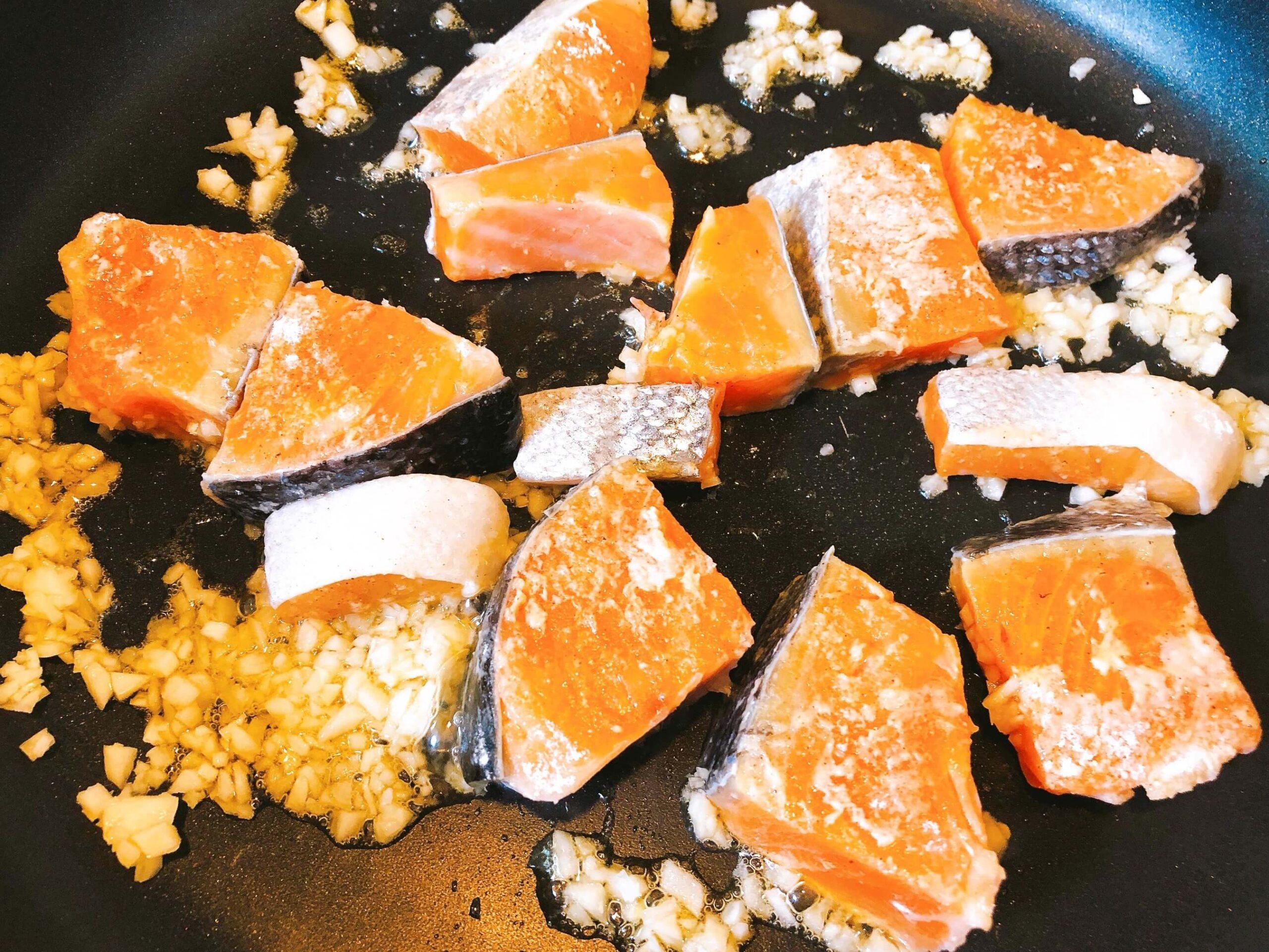 鮭と野菜のオイスター炒め、鮭を炒める