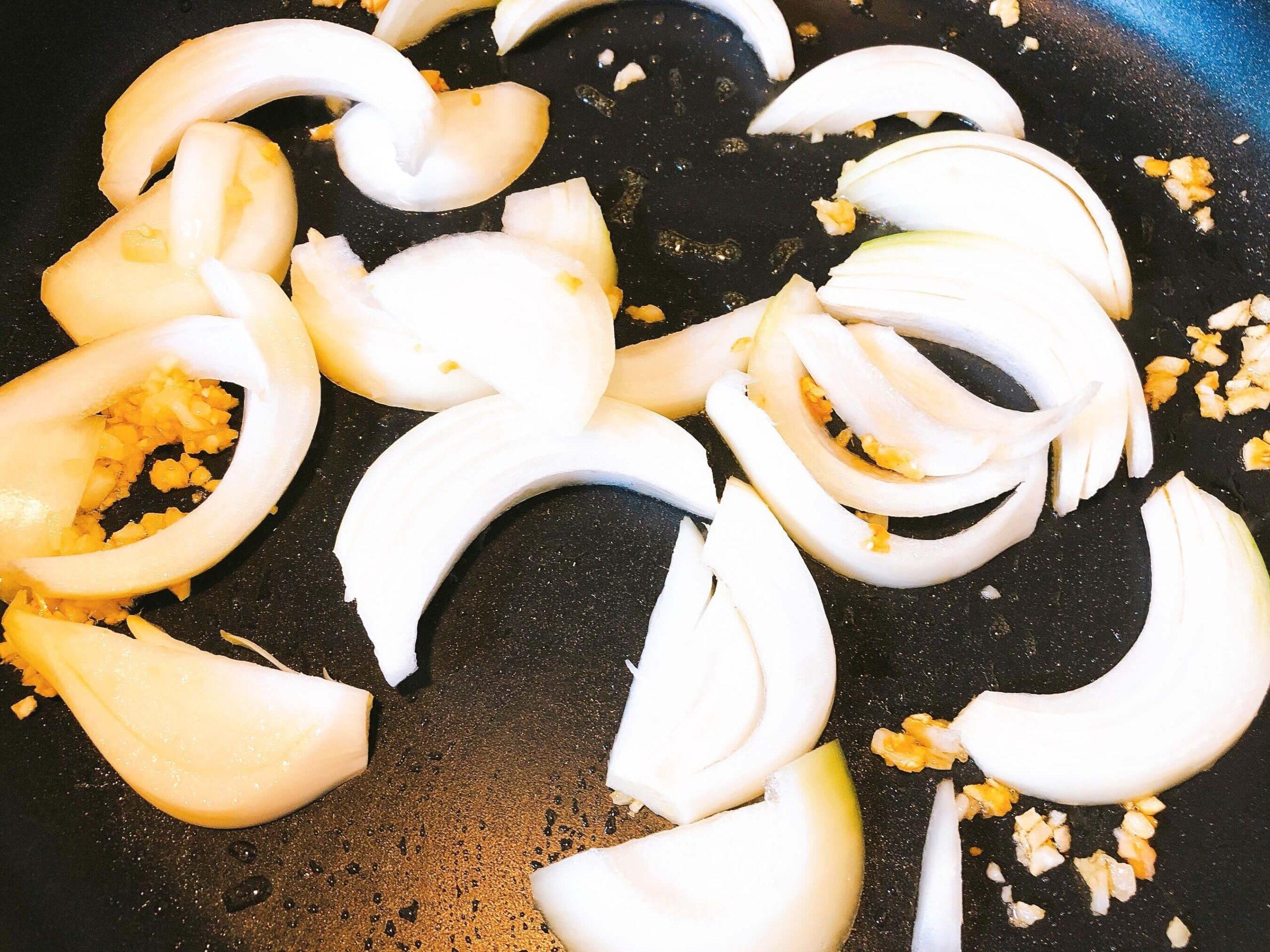 鮭と野菜のオイスター炒め、玉ねぎ炒める