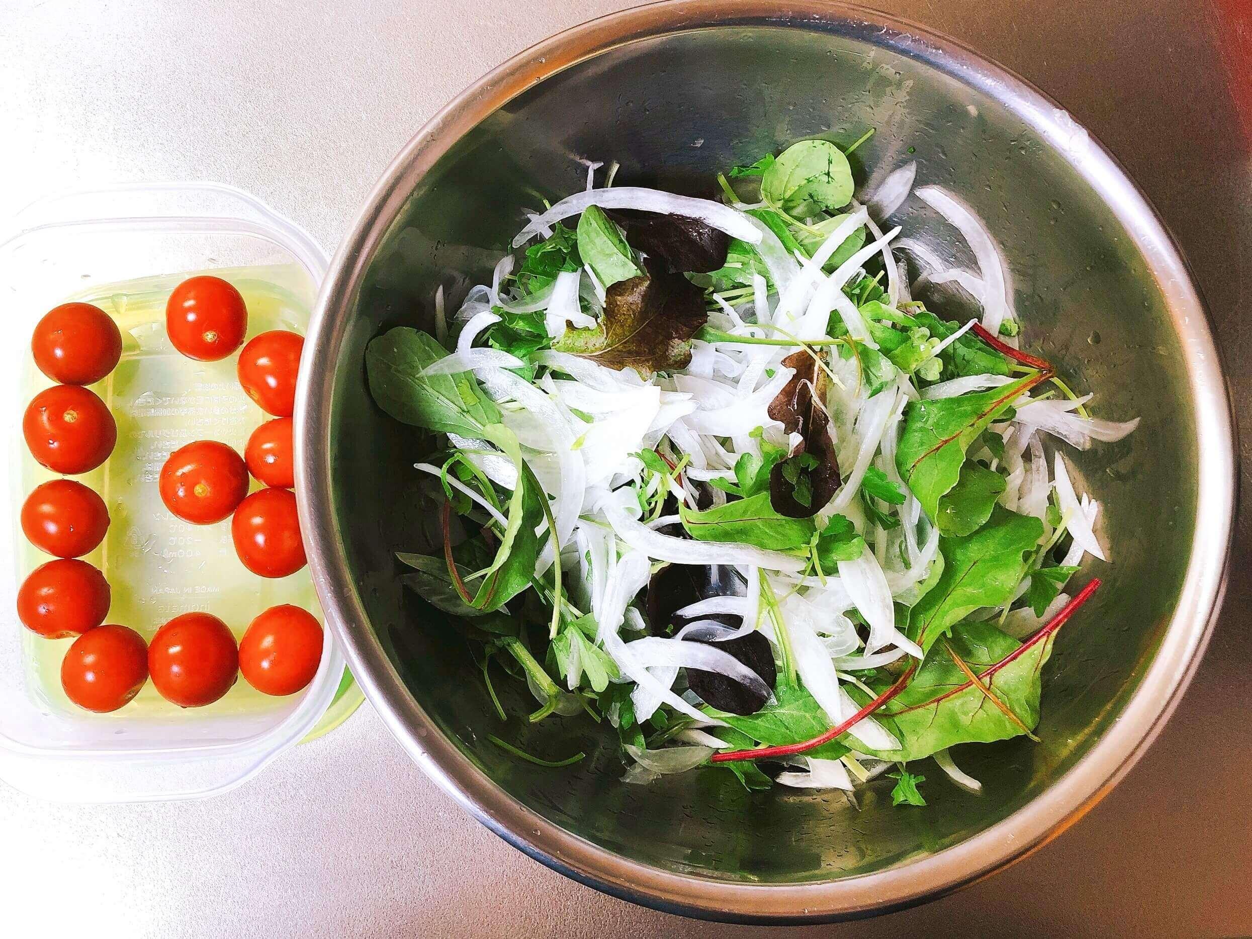蒸し鶏のエスニック風サラダ仕立て、サラダの用意