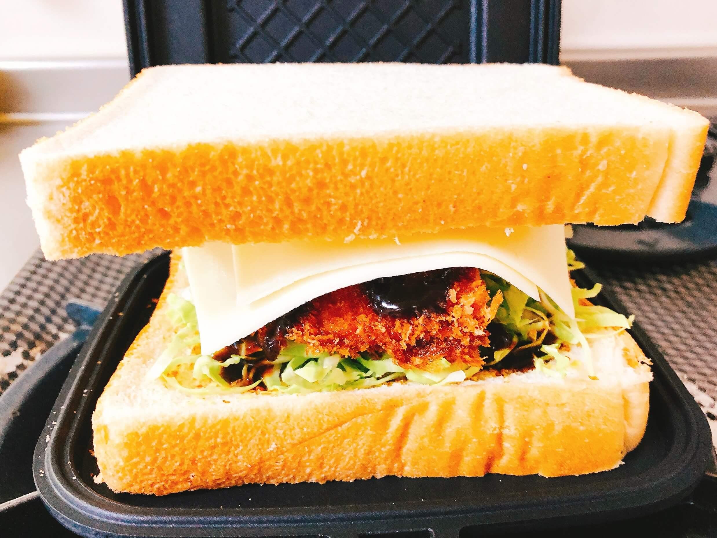 チキンカツのホットサンド、パンで挟む