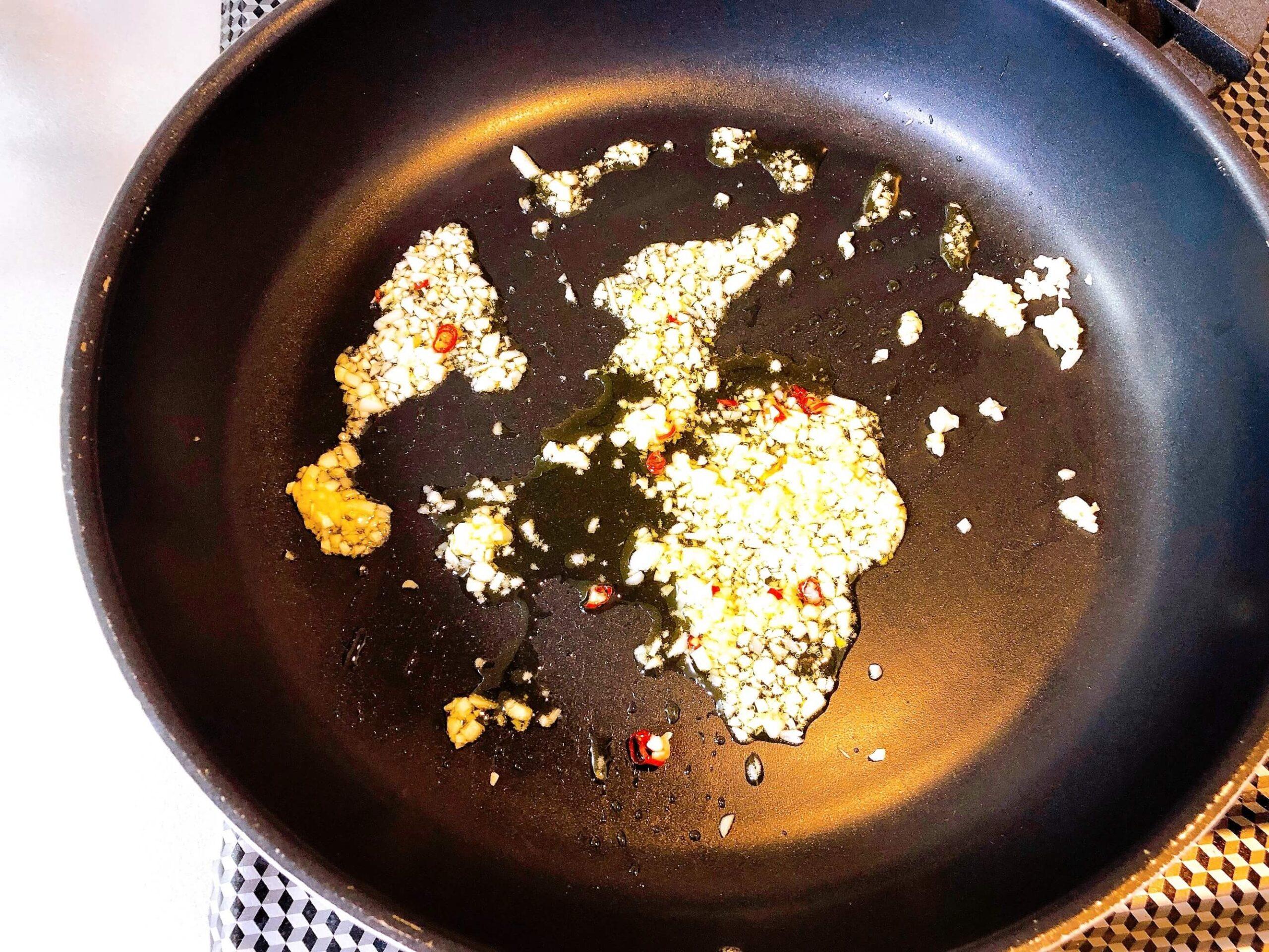 スナップエンドウのガーリック炒め、にんにくを炒める