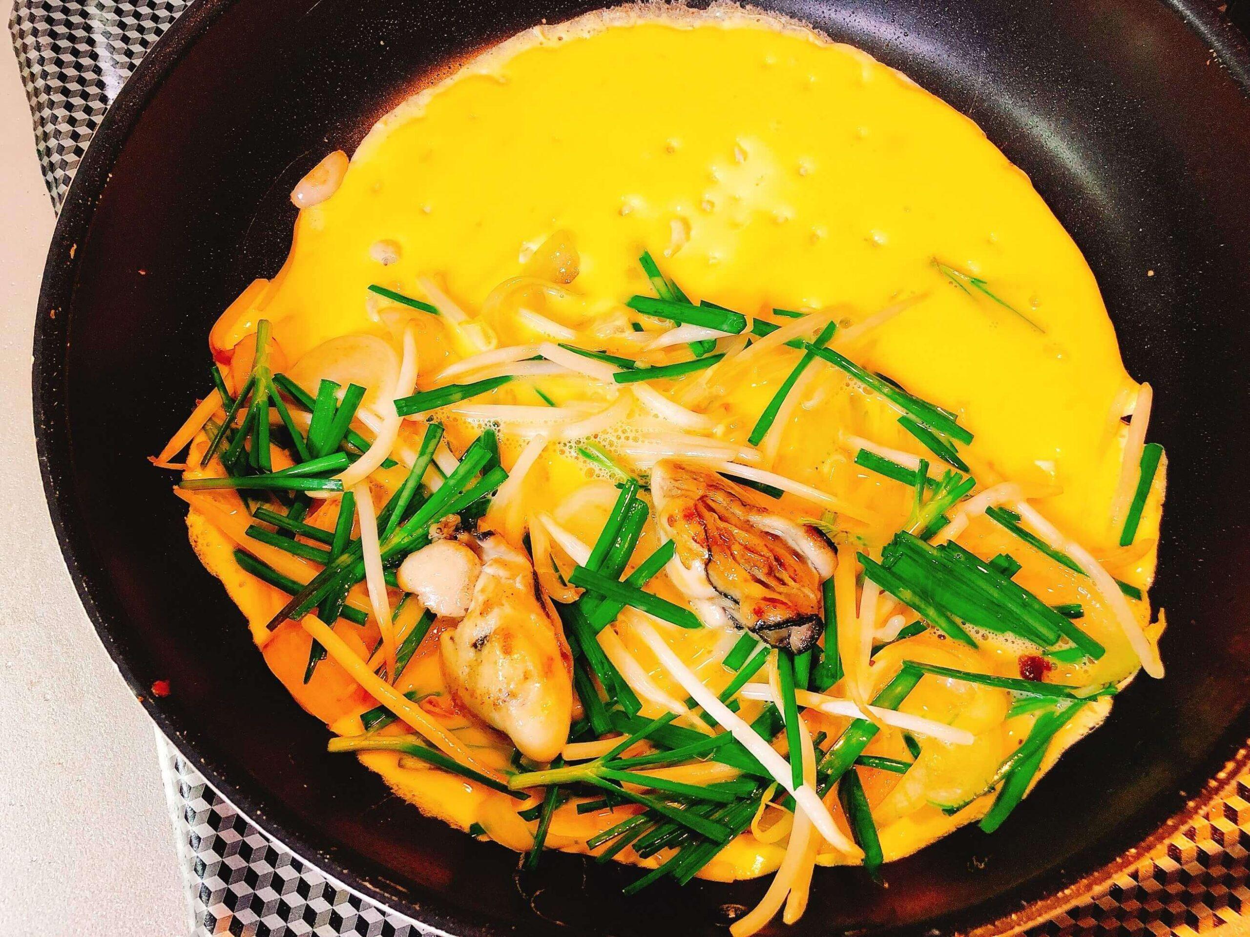 牡蠣のバインセオ風、調理中