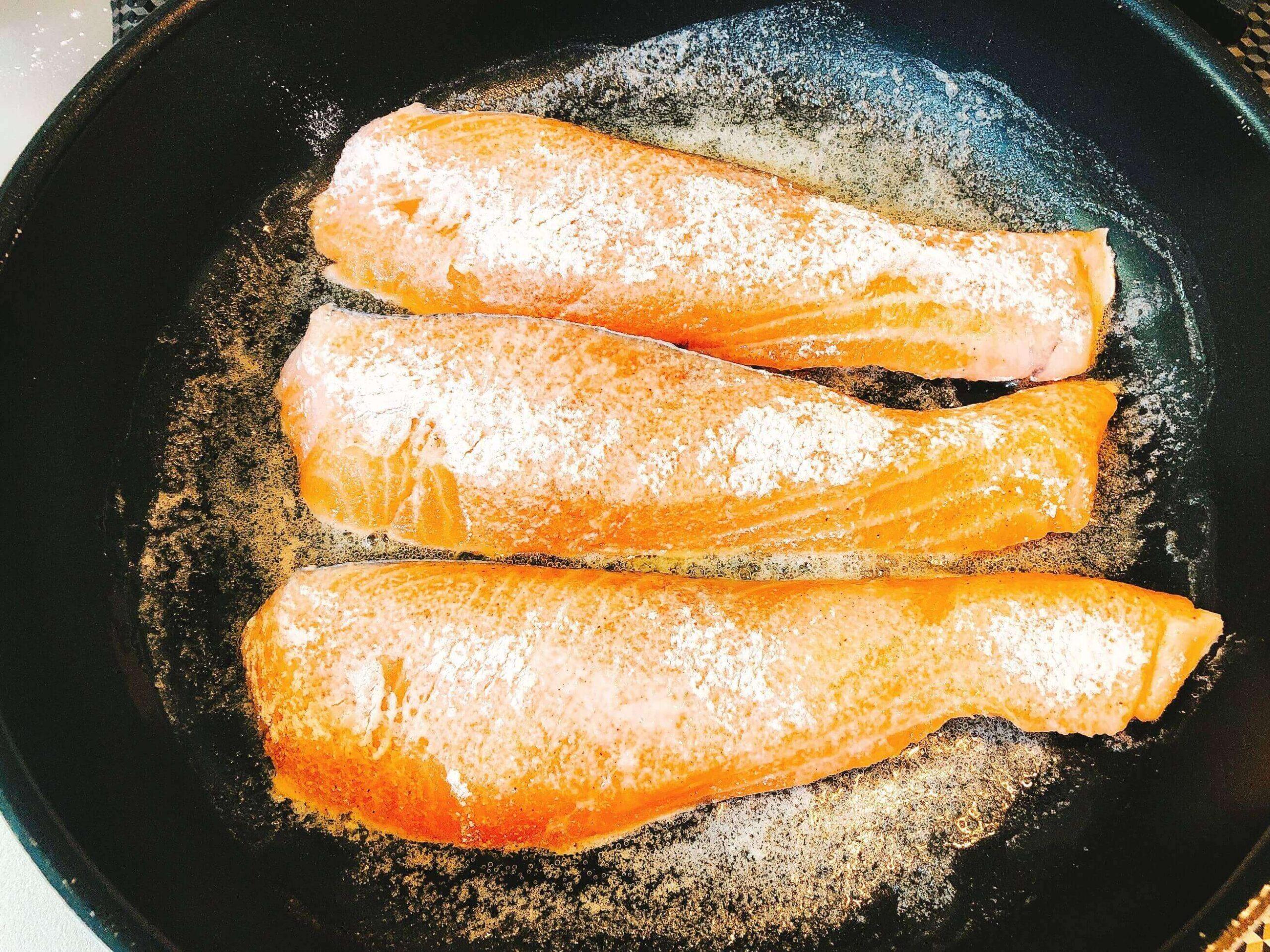 鮭のムニエル調理
