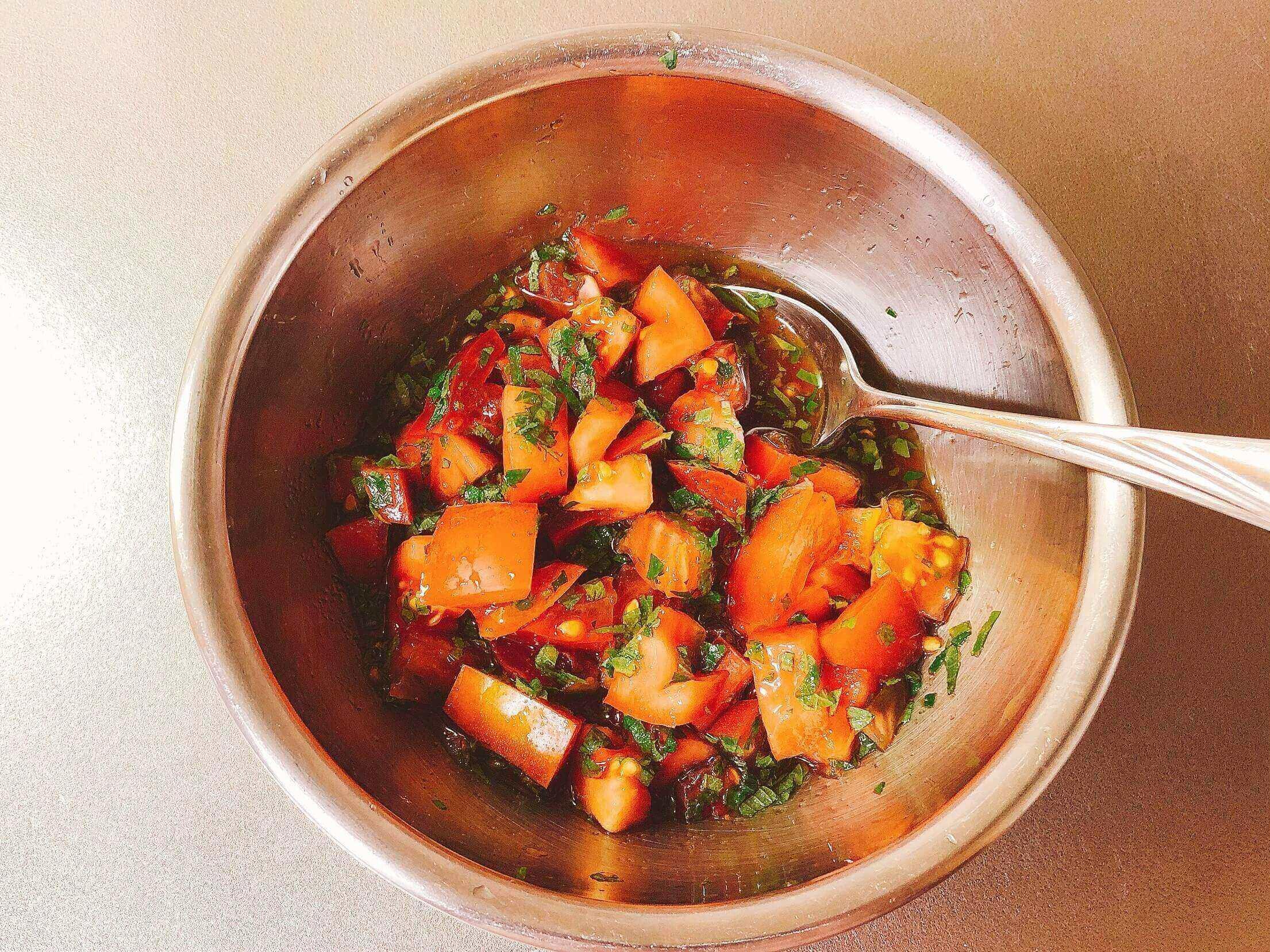 さわやかトマトの冷奴、具材をポン酢で混ぜる