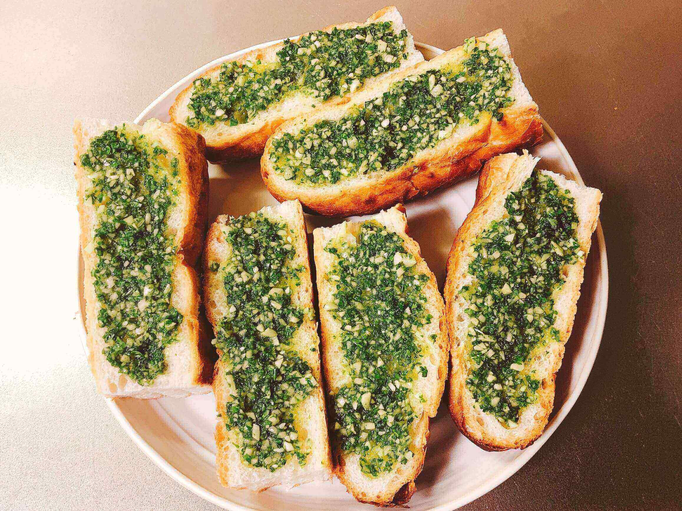 ガーリックトースト調理、パンにのせる