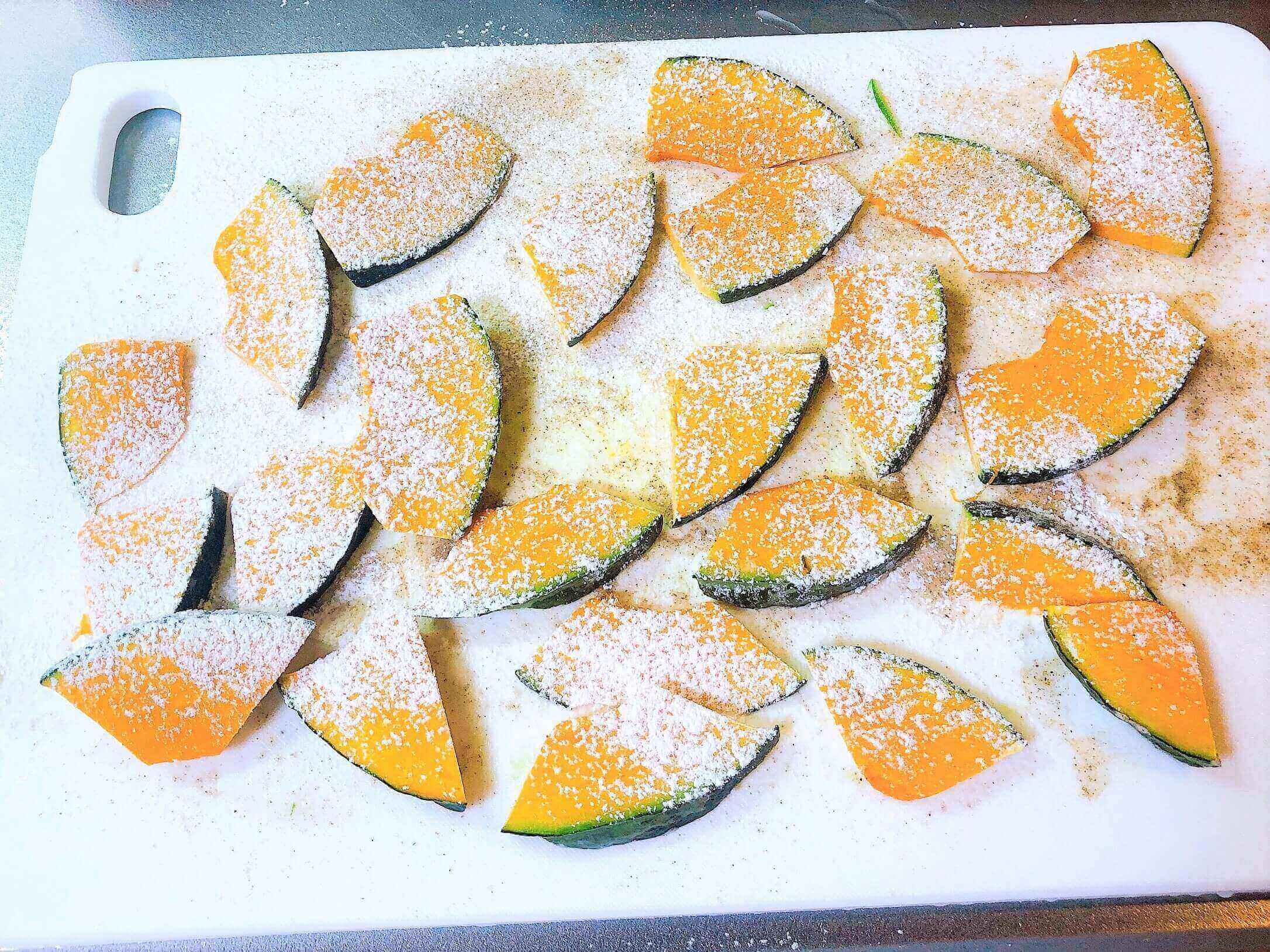 野菜のピカタ、かぼちゃを調理