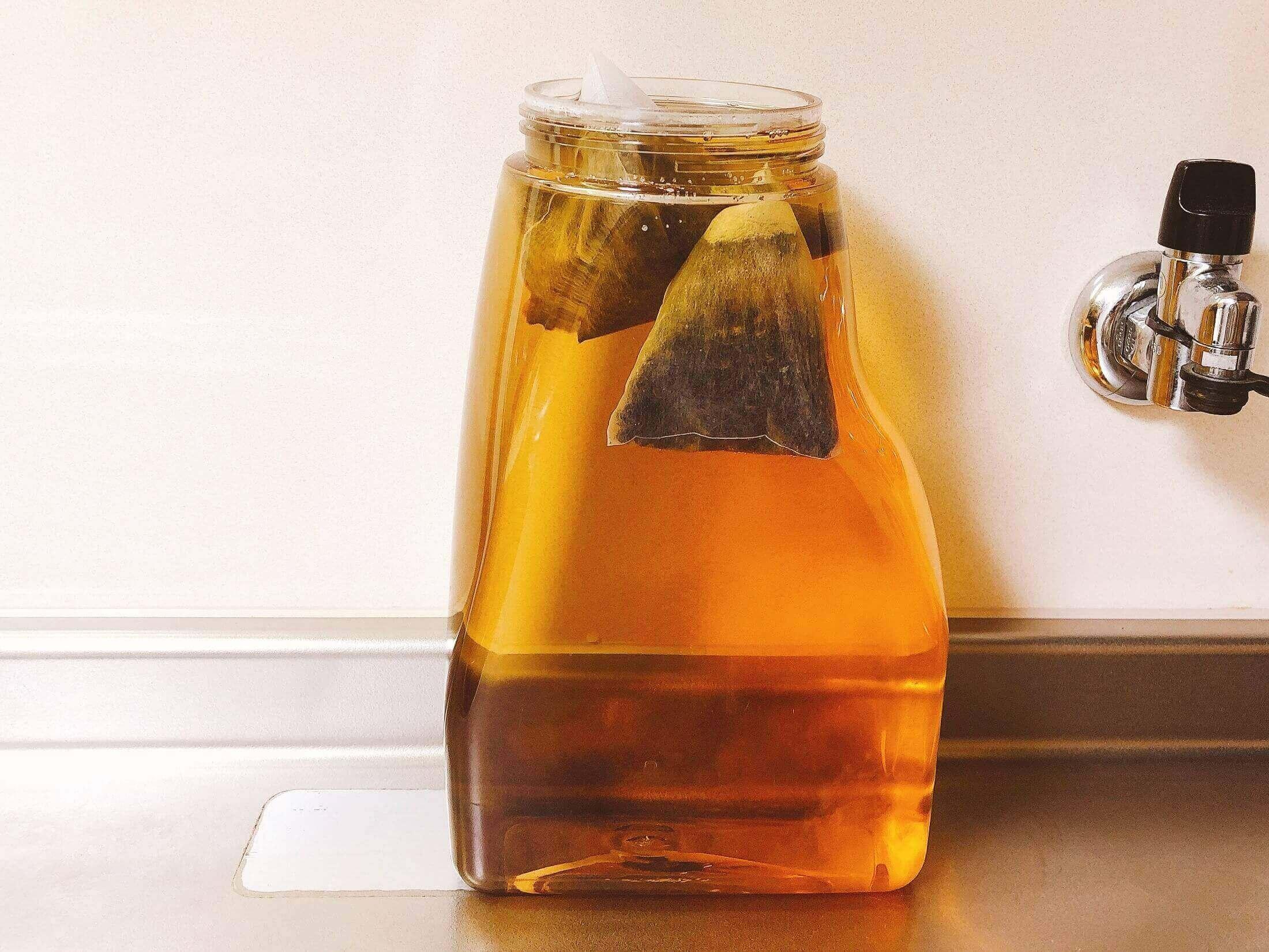 丸粒麦茶に熱湯を注いだ直後