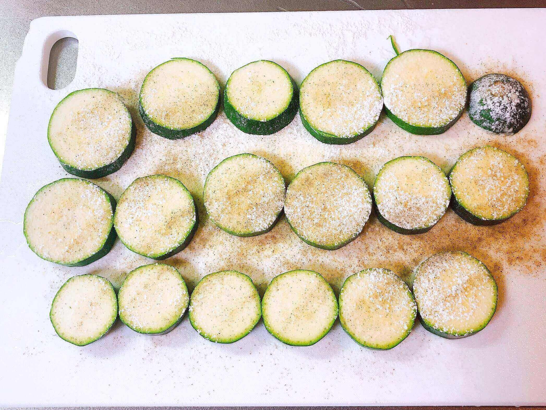 野菜のピカタ、ズッキーニを調理