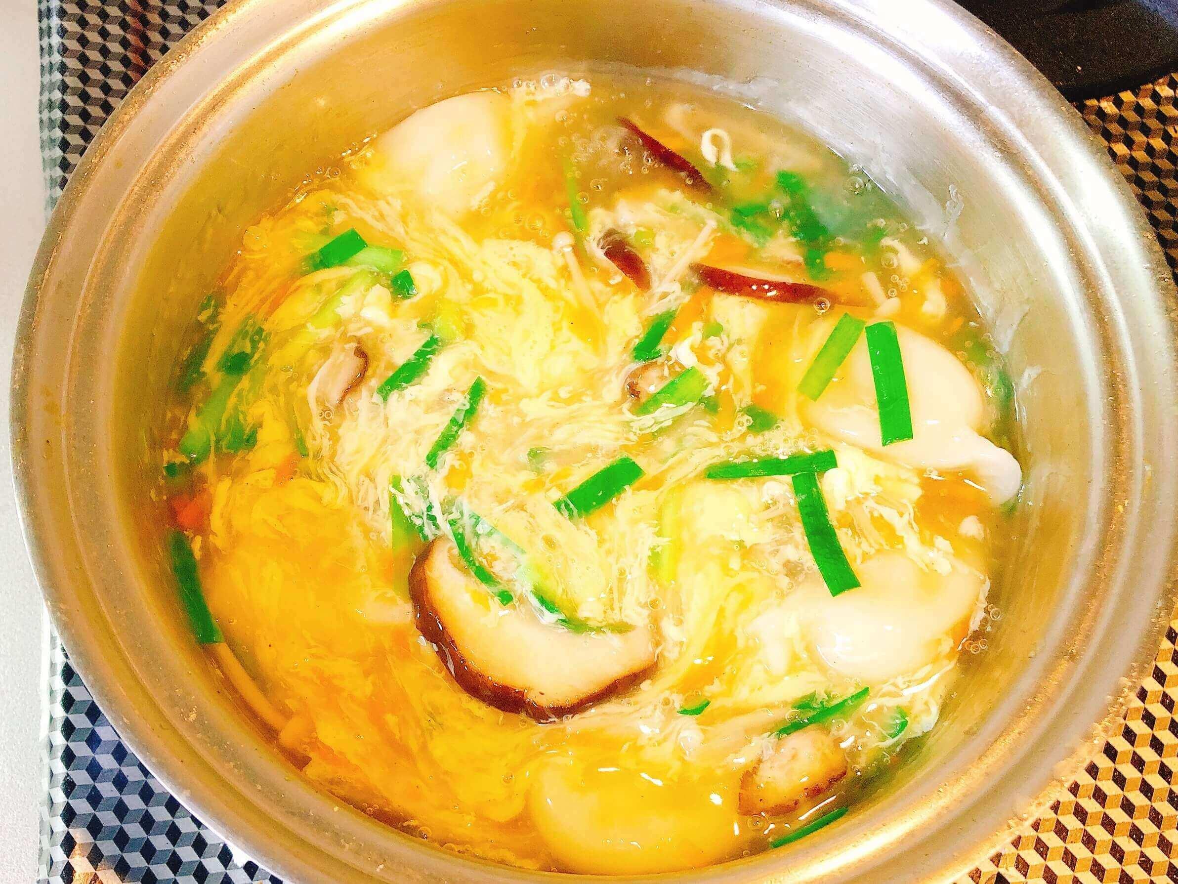 水餃子の中華スープ、卵入れる