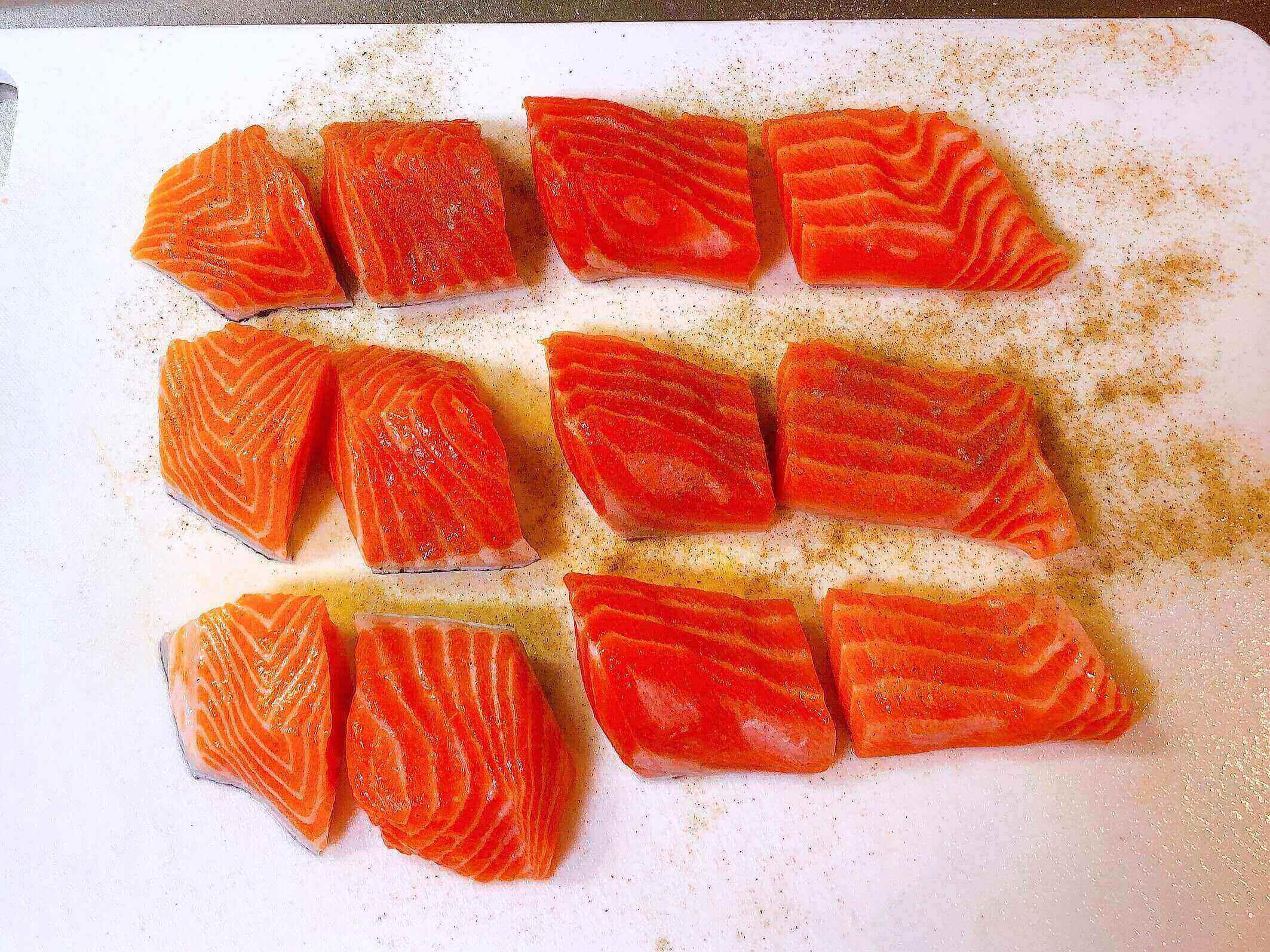 鮭のピカタ、鮭に塩こしょうをふる