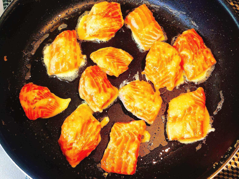 鮭のピカタ、衣につけて焼く