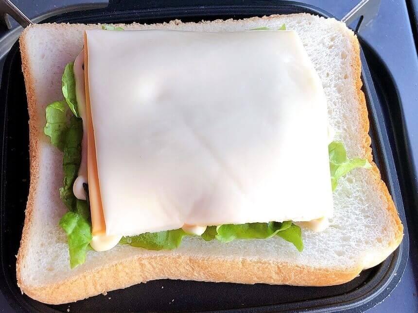 てりやきチーズハンバーグ風ホットサンド、チーズをのせる