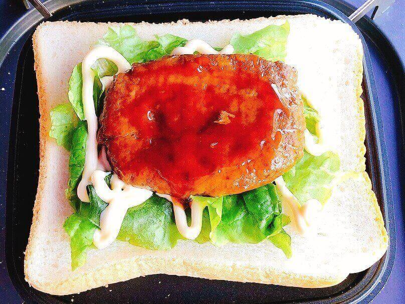 てりやきチーズハンバーグ風ホットサンド、照り焼きハンバーグをのせる
