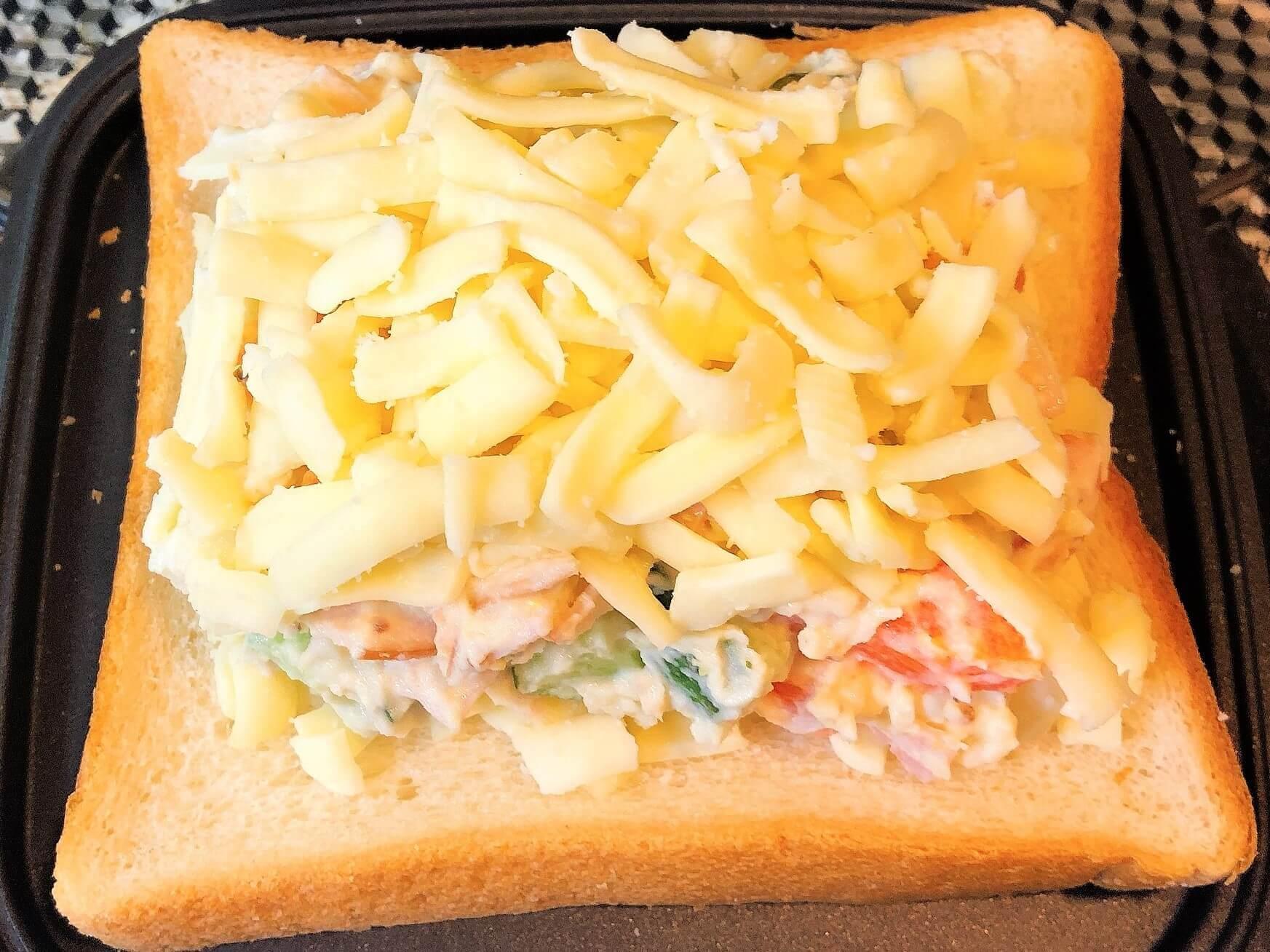 マセドアンサラダのホットサンド、チーズをさらにのせる