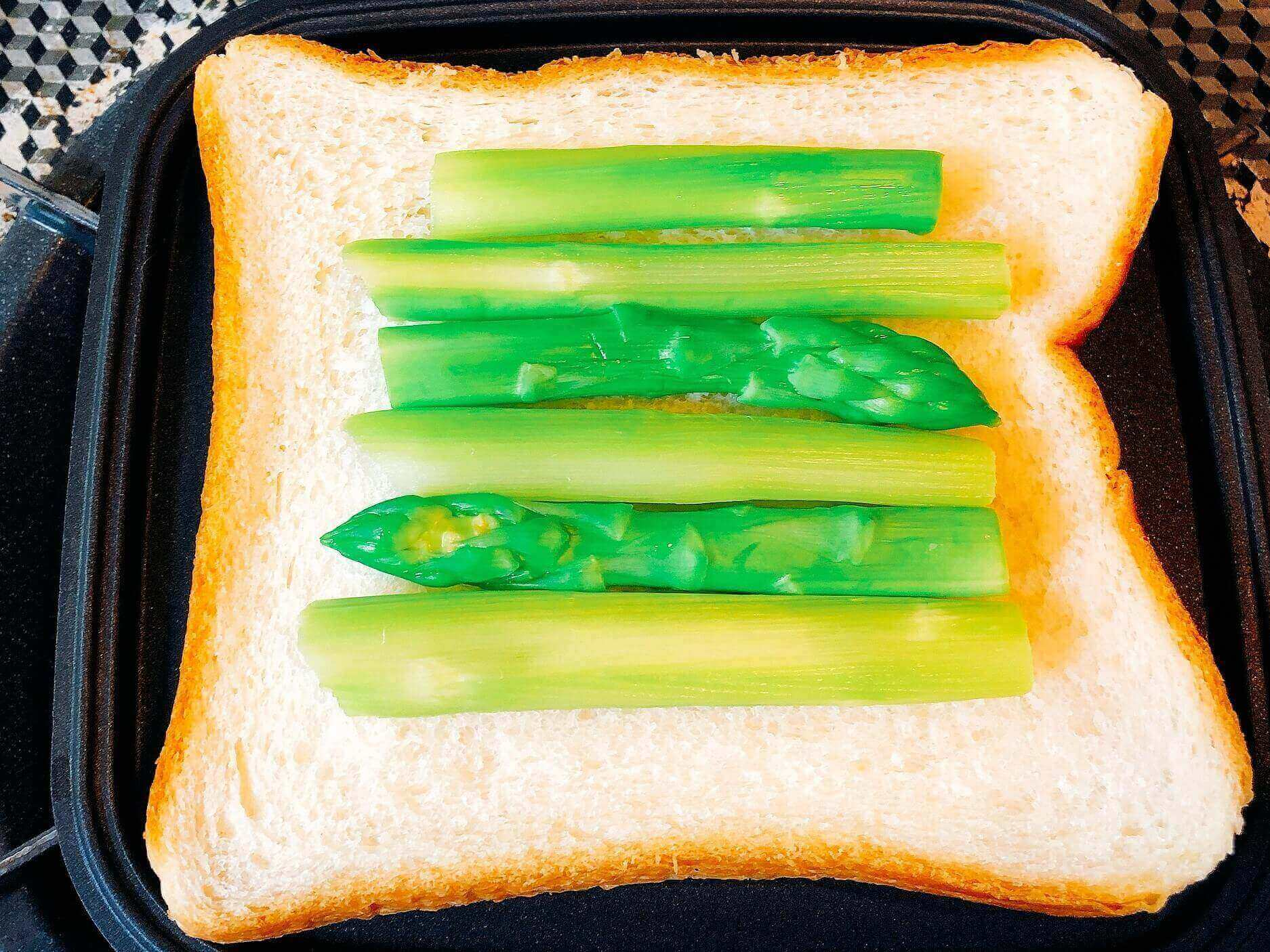 ツナとアスパラチーズのホットサンド、パンにアスパラをおく