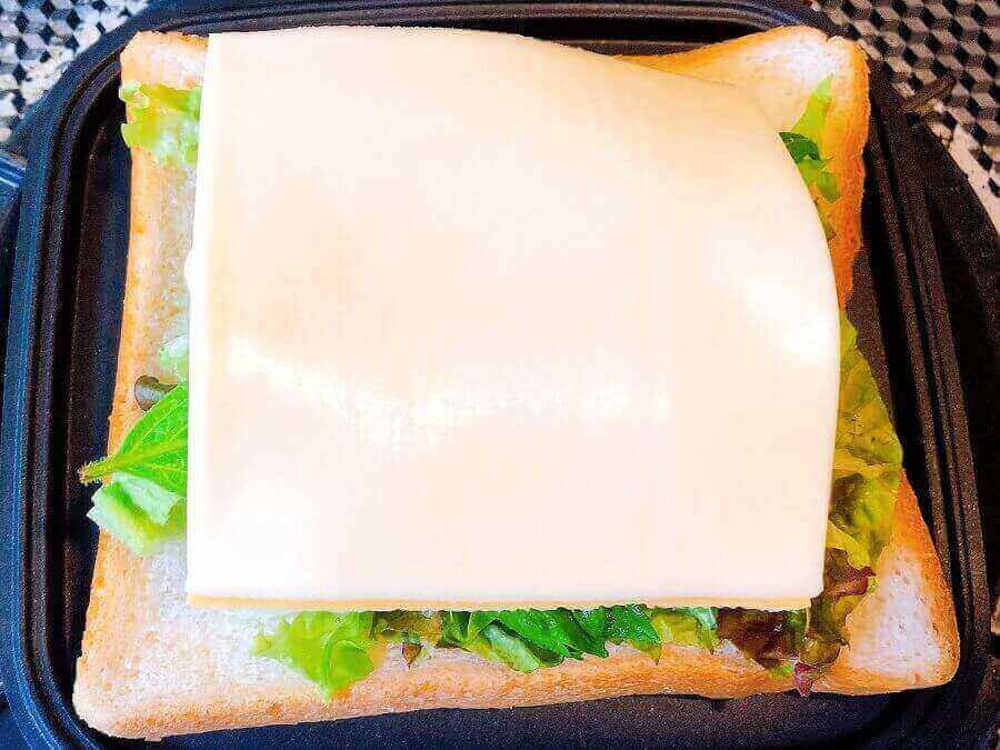 アジフライのホットサンド、チーズをのせる