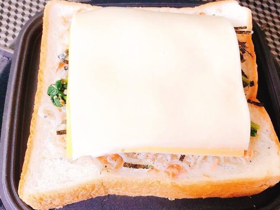 鮭とじゃこの骨強化ホットサンド、チーズを挟む