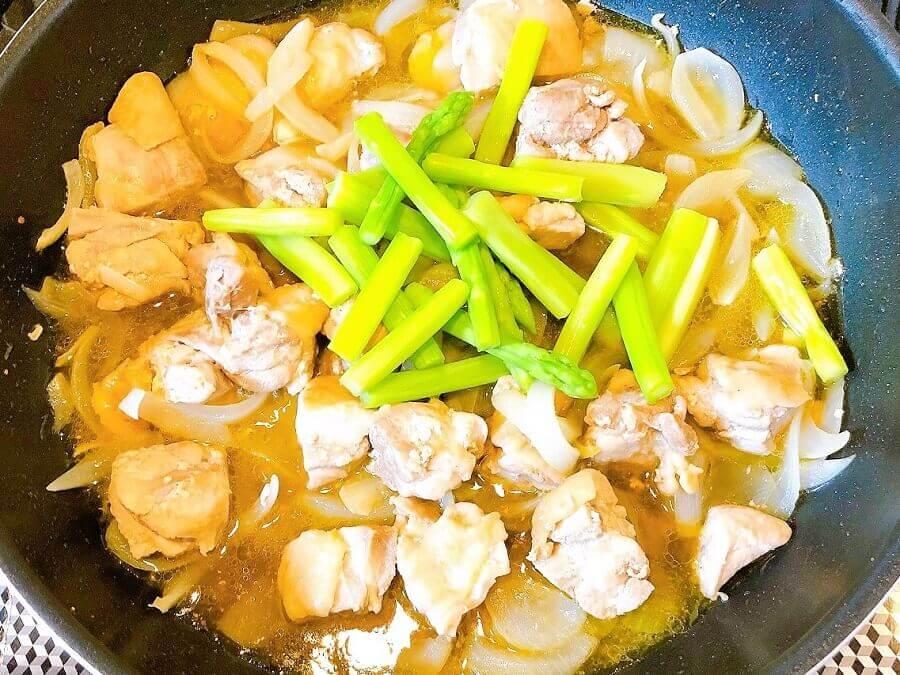 鶏とアスパラのゆず胡椒パスタ、味付けしアスパラ加える