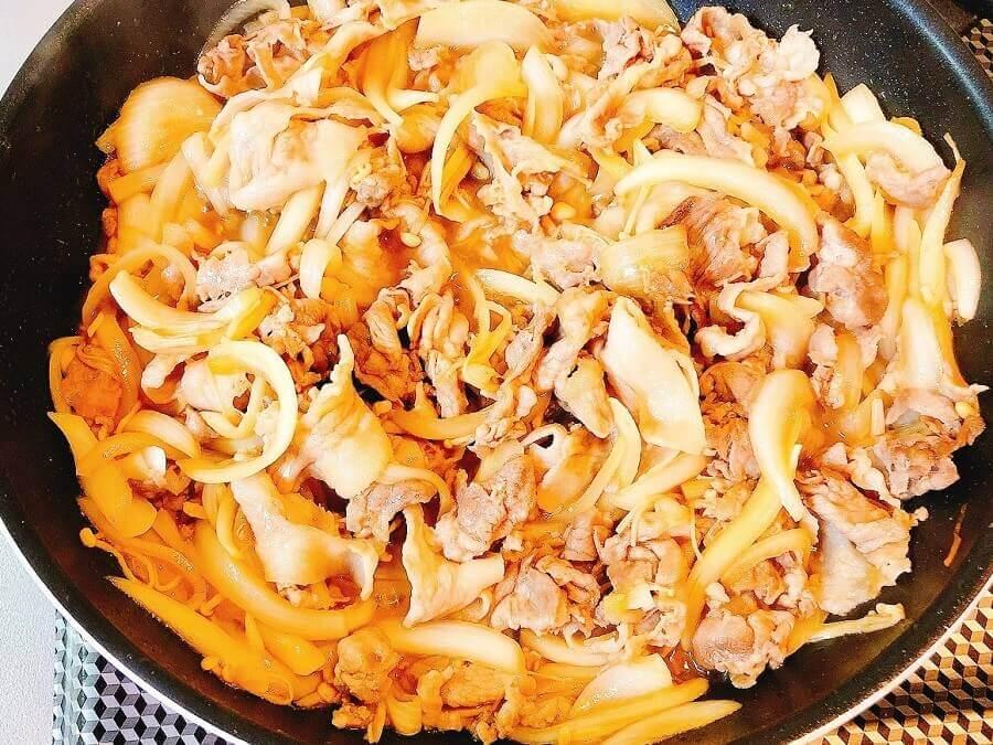 豚こま肉の生姜焼き、タレを入れる