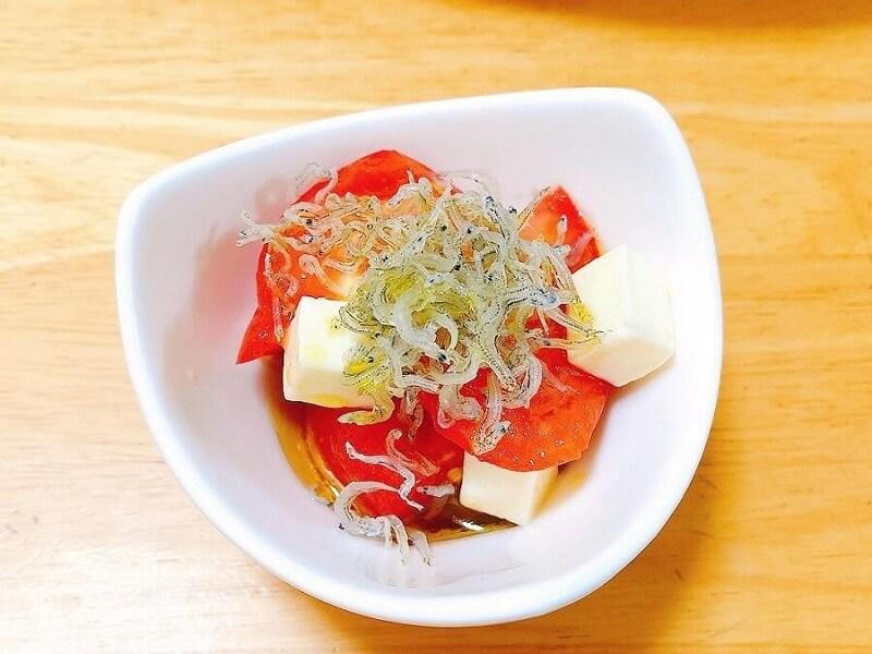 トマトとチーズとじゃこのサラダ