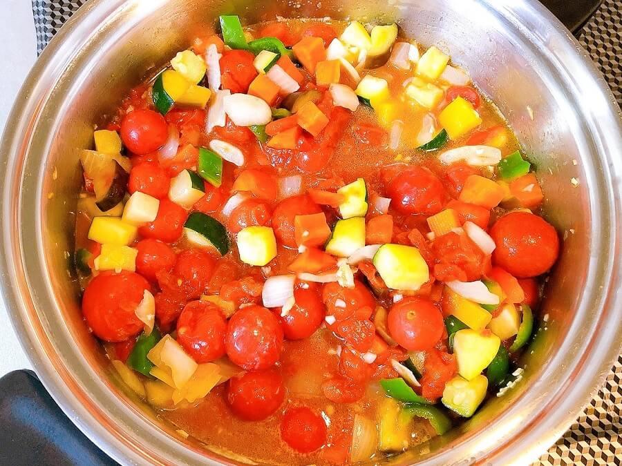 ラタトゥイユレシピ、ミニトマトとカットトマト調味料全て入れる