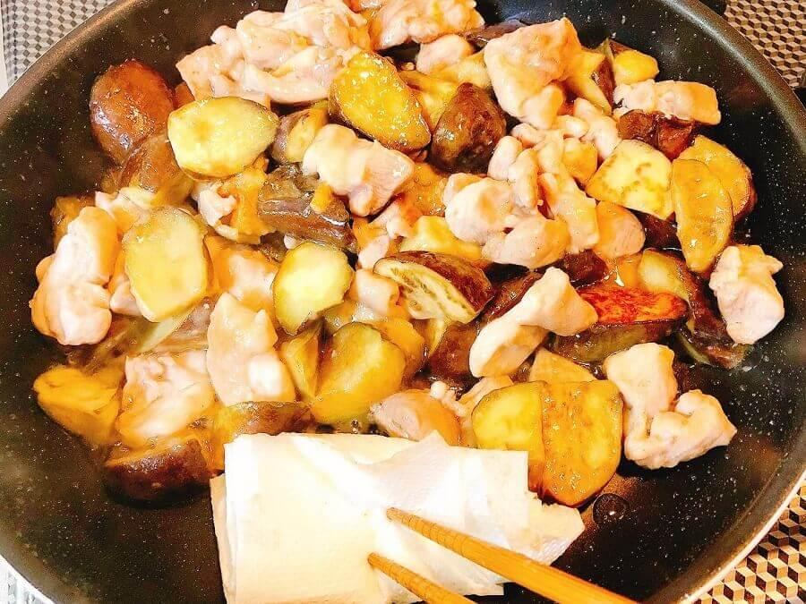 なすと鶏肉の中華風甘酢炒め、余分な油をとる