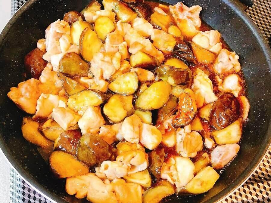 なすと鶏肉の中華風甘酢炒め、タレを回し入れる