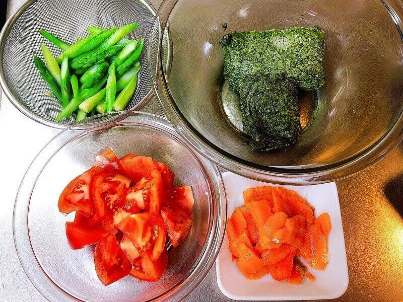 スモークサーモンとトマトの冷製ジェノベーゼパスタ、具材